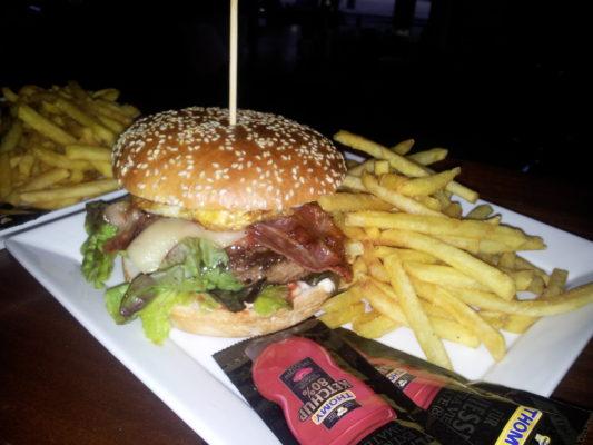 Bernstein - Burger mit saftigem Rindfleisch vom Grill, Speck, Käse und Spiegelei, dazu Pommes Frites