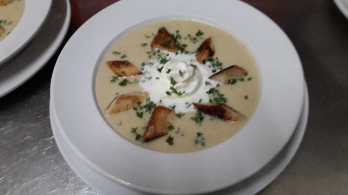 Selleriecremesuppe mit Sahnehäuchen und Croutons