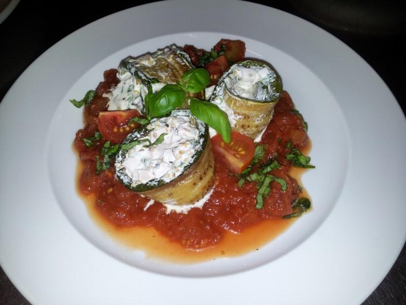 Gefüllte Zucchiniröllchen mit Schinken auf Tomaten-Concassée