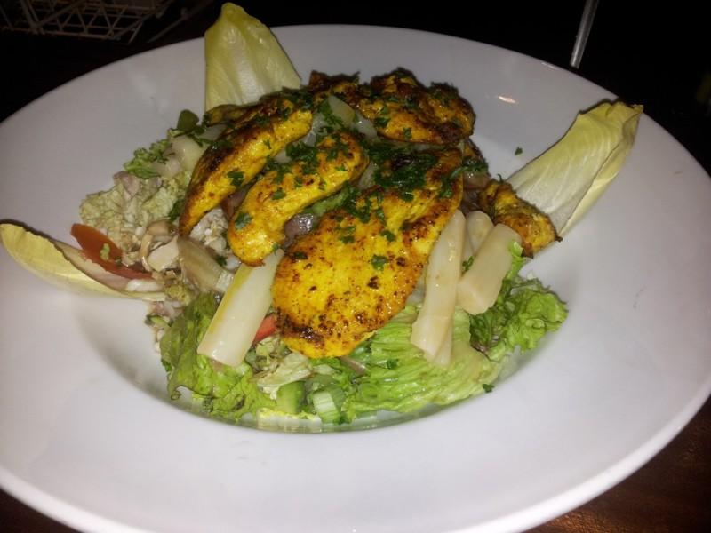 Salat mit gebratenen Hähnchenbrustfillets